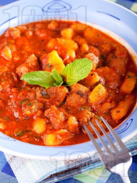 Яхния от агнешко задушено месо с картофи, пресен зелен лук и домати от консерва - снимка на рецептата